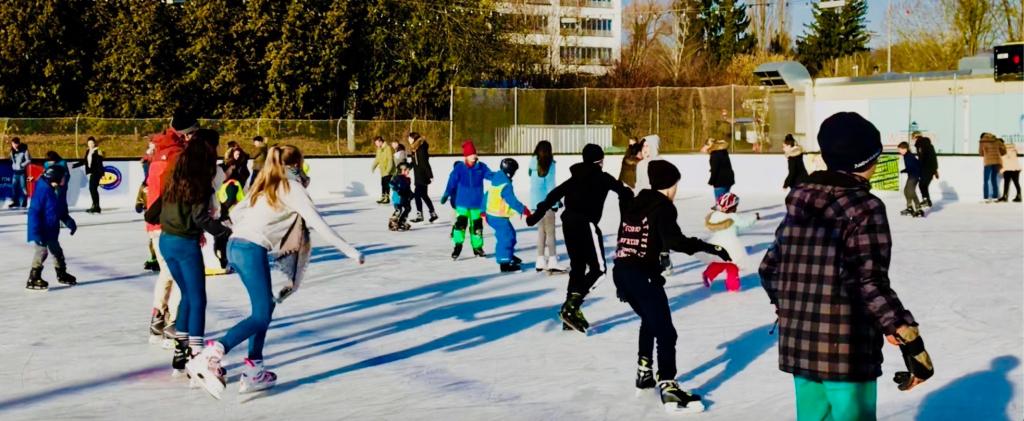 Engagement: Die Praxis Dr. med. Julia Kleinhenz unterstützt den Förderverein Eissport für Wiesbaden e.V.